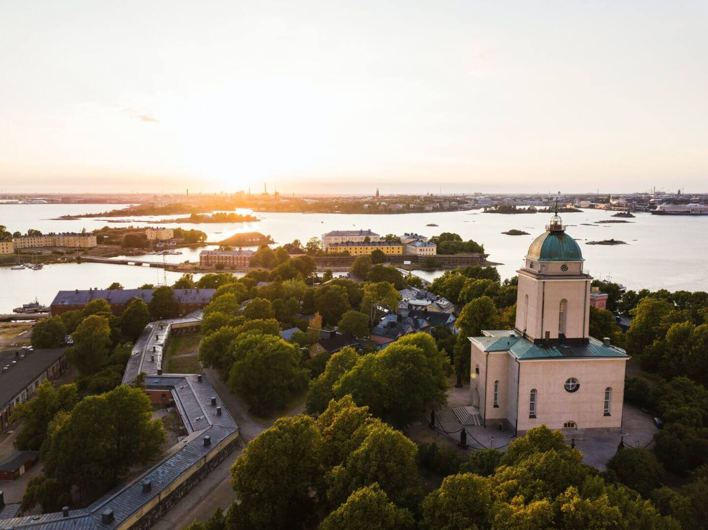 Sunset over Suomenlinna Sea Fortress in Helsinki. Suomenlinna fortress is an UNESCO world heritage site and the biggest tourist attraction in Helsinki - Photo by Julius Jansson on Unsplash